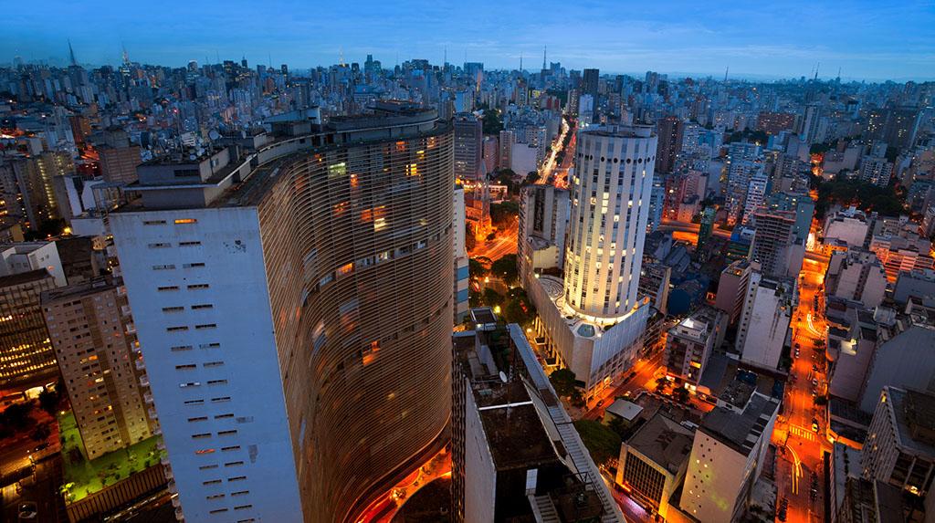 LGBTQIA+ São Paulo: imagem aérea do edifício Copan à noite