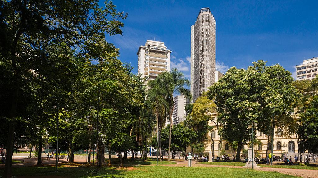LGBTQIA+ São Paulo: Praça da República durante o dia com o céu azul
