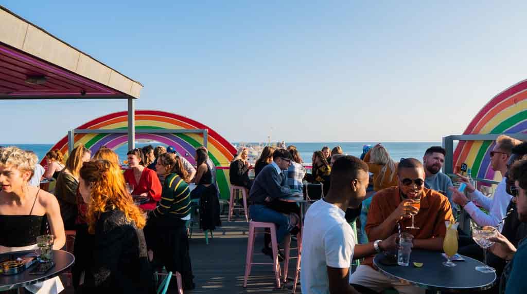 O Club Revenge é o mais conhecido ponto de encontro LGBTQIA+ de Brighton.