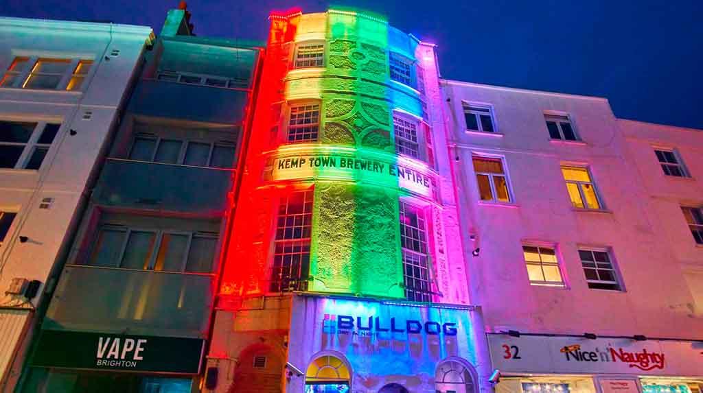Brighton LGBTQIA+: prédios iluminados no bairro de Kemptown