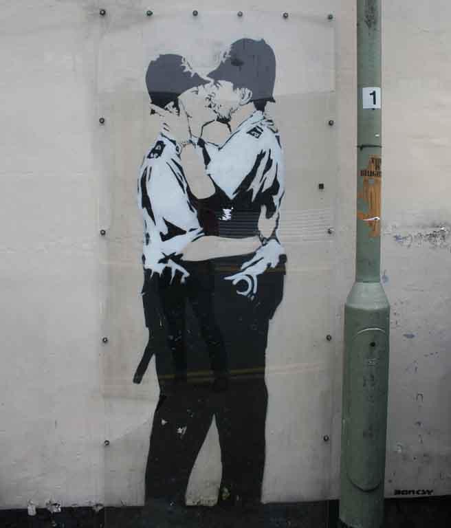 Brighton LGBTQIA+: Grafiti Kissing Policemen, do artista Bansky