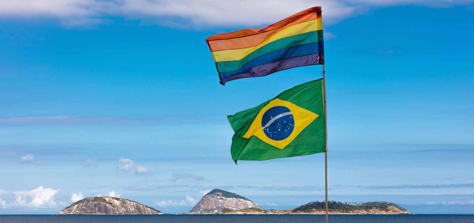 Banderira do Brasil e bandeira LGBT