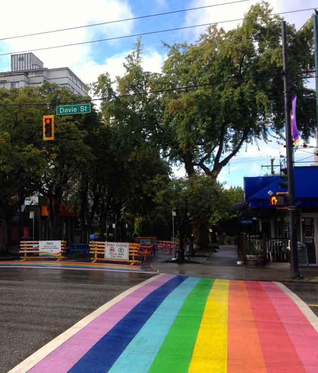 Faixa de pedestres pintada com as cores LGBT