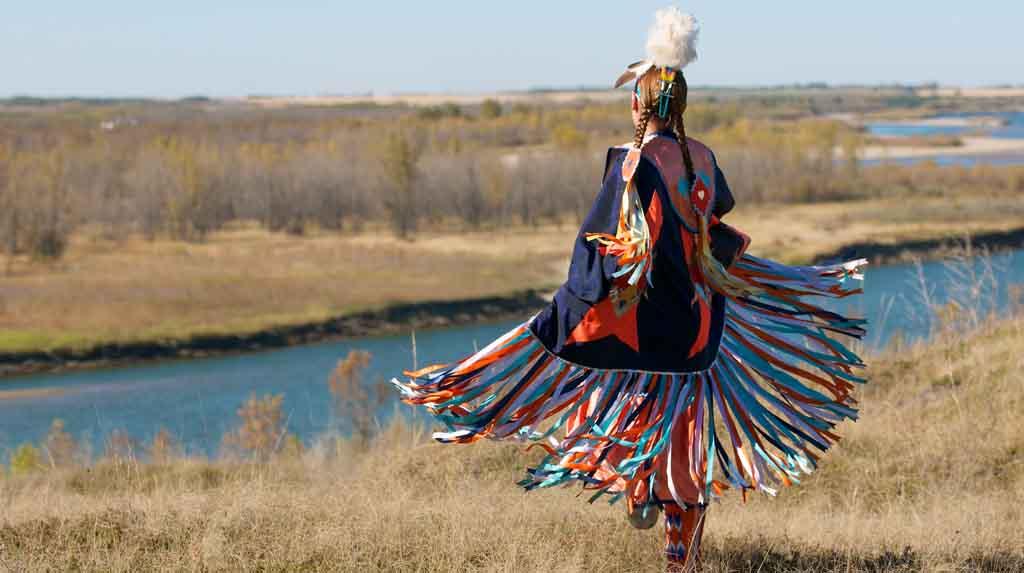 First Nations: Indígena em trajes típicos