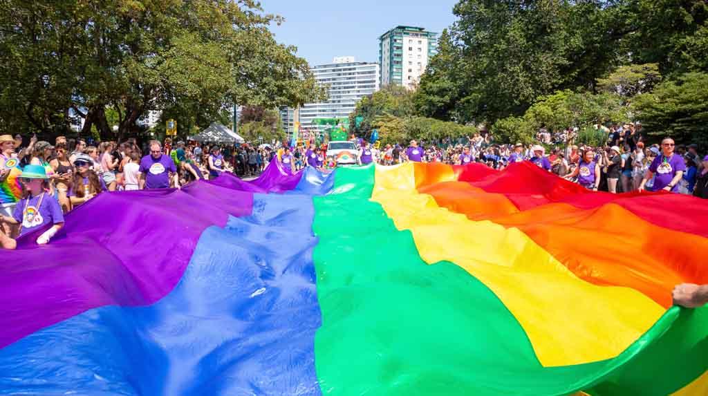 Bandeira LGBT estendida em rua