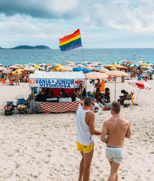 Praia de Ipanema, mostrando um quiosque