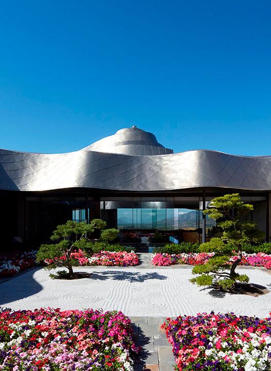Edifício principal, com teto de bronze e titânio do Vik Chile